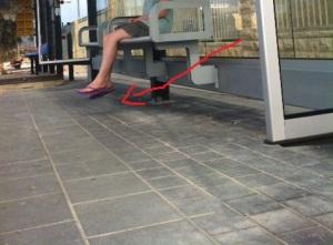 קלוז אפ של רגליים באוויר בתחנת המטרונית עם חץ - Copy