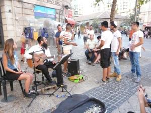 ילדים מפריעים לנגן רחוב ירושלים 2014