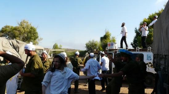 ברסלבים עם חיילי מילואים צוק איתן קיץ 2014