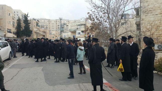 רונה הפגנה חרדים ירושלים 2017 חורף - מול לשכת הגיוס.jpg
